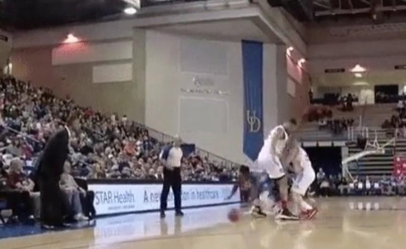 籃球》矮子灌籃王羅賓森 這招輕鬆吃中鋒觀眾看傻(影音)