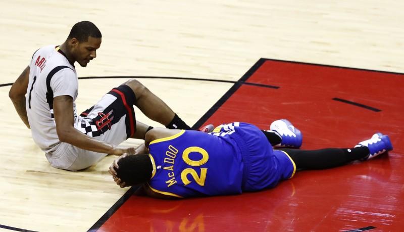 NBA》遭亞里札撞倒壓頭 麥卡杜左眉撕裂傷(影音)