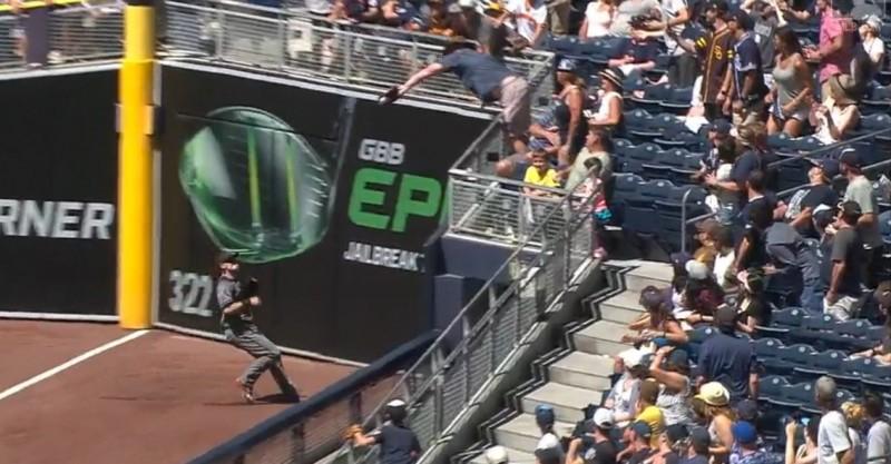 MLB》球迷「上帝之手」干擾 毀掉教士滿壘得分機會(影音)