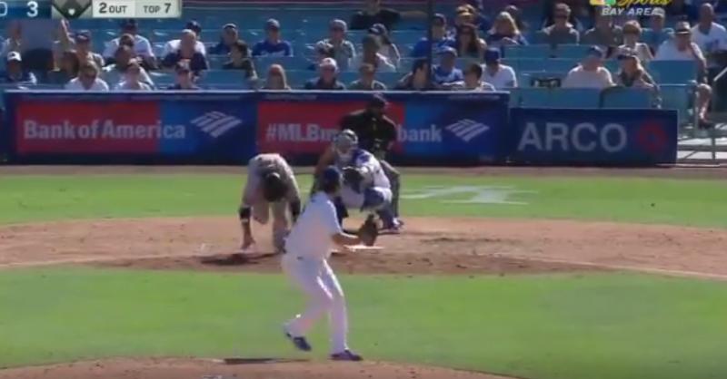 MLB》克蕭速球太噁 巨人打者觸擊不成反「仆街」(影音)