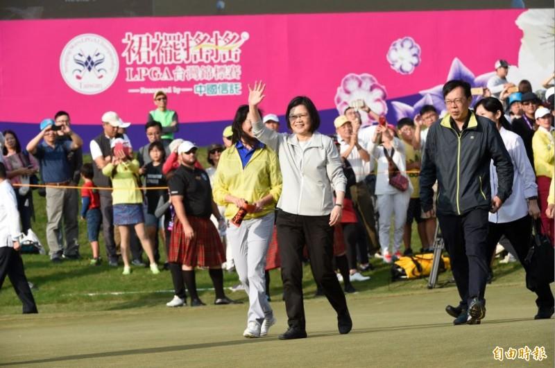 蔡英文總統為裙襬搖搖LPGA台灣賽站台 還在果嶺秀推桿(影音)