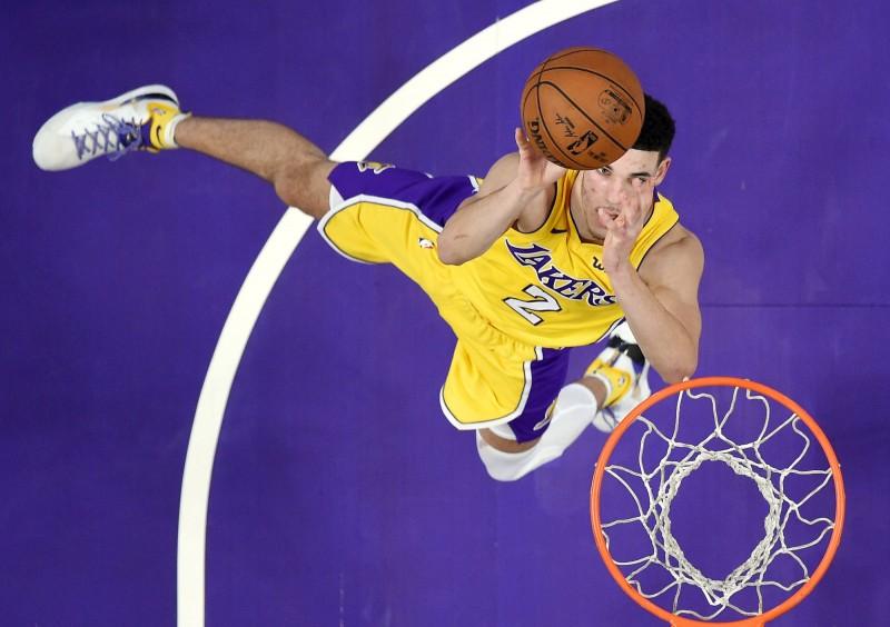 NBA》隊友跟對手起爭議拉扯 球哥漠不關心地走了