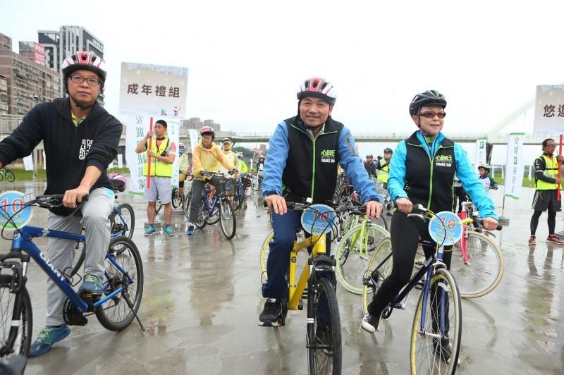 自行車》新北河濱耶誕慶 成年禮親子逍遙遊