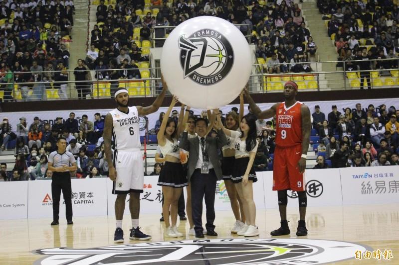 ABL》起飛!東南亞職籃台灣主場開賽  魏明谷這樣開球啦!
