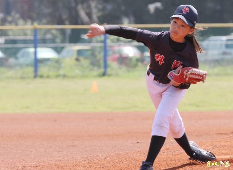 棒球》台日少棒賽事「雙嬌點」  身手不輸男生小將!