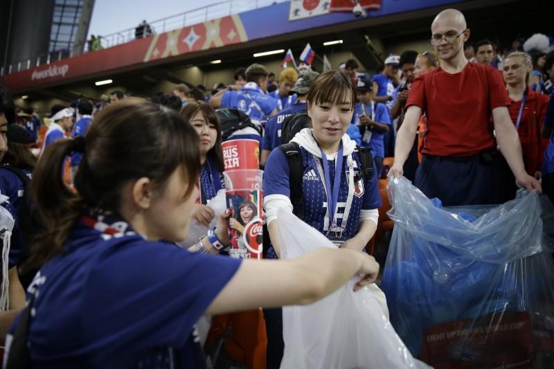 世足賽》最美風景! 日本、塞隊球迷撿垃圾展現高素質(圖輯)