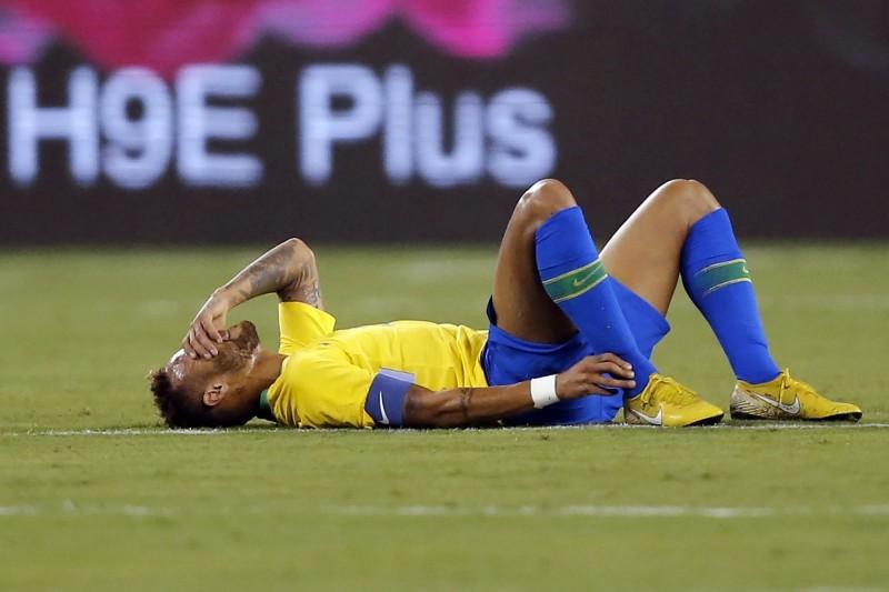 足球》內馬爾又摔!美國後衛酸裁判「有看世界盃嗎」(影音)