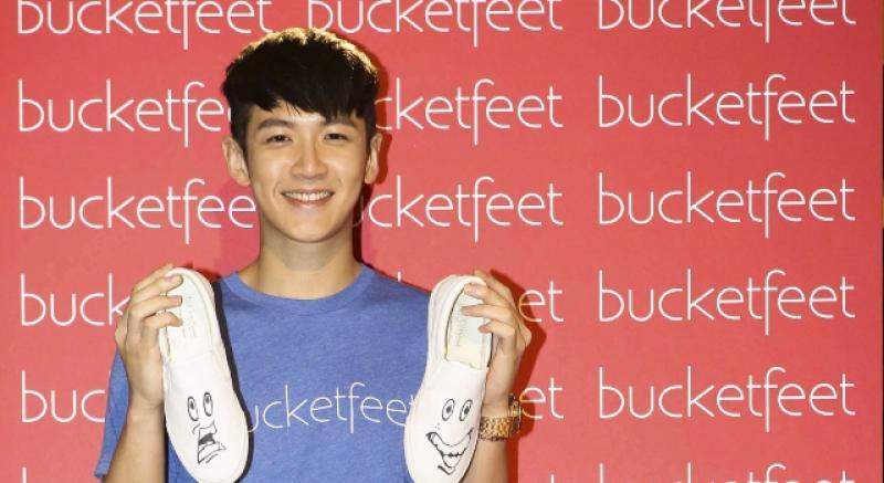 柯震東賣時尚鞋,與粉絲貼臉自拍引暴動