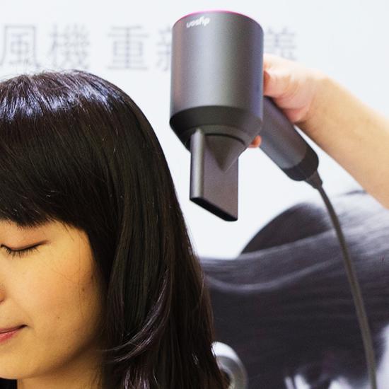 頭髮會順著風向定型,想要柔順髮質由上往下順吹即可。