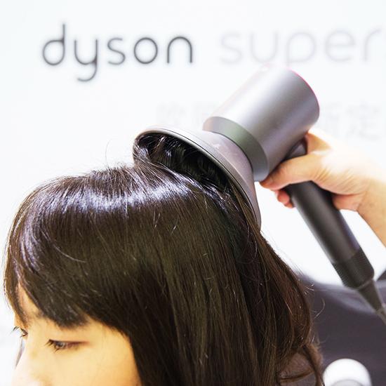 使用熱烘罩能讓髮根更蓬鬆。