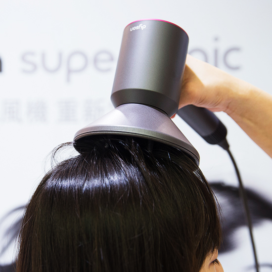 吹髮順序為:兩側頭頂→後腦→髮中至髮尾。