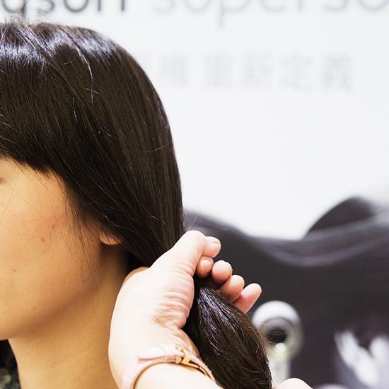 處理髮中髮尾時,先將頭髮分束。