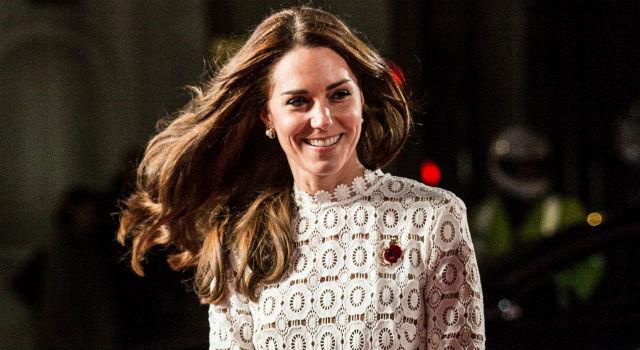 凱特王妃蜜大腿難得見客!性感高衩裙裝亮相竟是為了「牠」?
