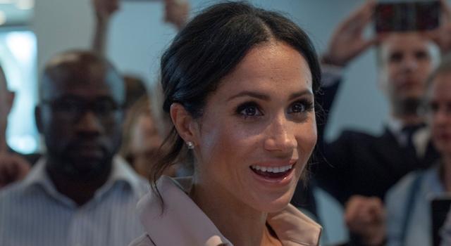 新王妃梅根再現俐落造型!眼尖皇室粉絲卻發現:這件好像穿過了?