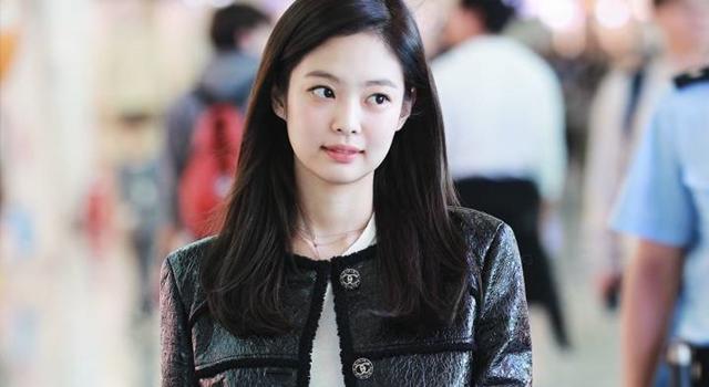 「子瑜頭號勁敵」Jennie 機場造型被抓包偷換褲子糗糗der!