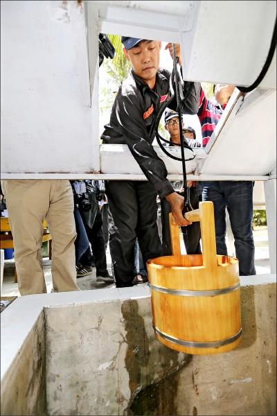 太平島,島上五號水井提供用水,外籍記者試飲。(太平島採訪團提供)