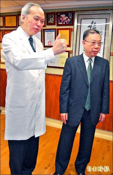 做為中共移植產業一把手的黃潔夫(右),曾參訪高雄長庚醫院。 (資料照,記者陳文嬋攝)