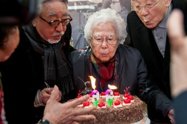 知名廣播人崔小萍是第一位在國際影展拿下表演獎的台灣影星,卻在事業巔峰之際,被誣賴為匪諜,查無實證後,卻以意圖顛覆政府之罪,先判無期徒刑,再改判十四年,結果坐了九年四個月黑牢。圖為今年年初李行、孫越等人幫崔小萍過96歲農曆生日。(翻攝自網路)