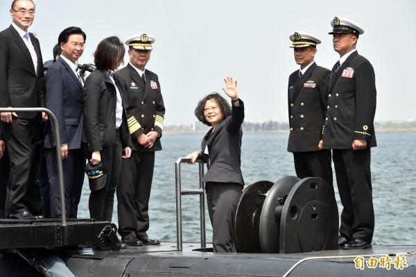 圖為蔡英文總統21日南下高雄左營海軍基地,參加敦睦遠航訓練支隊啟航,主持潛艦國造簽約儀式並登上磐石軍艦與潛艦參觀。(資料照,記者張忠義攝)