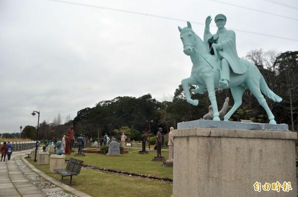 在台灣民主化過程,適當評價蔣介石,是轉型正義的必要一環。圖為有二百多座蔣介石銅像的慈湖雕塑紀念公園。(記者李容萍攝)