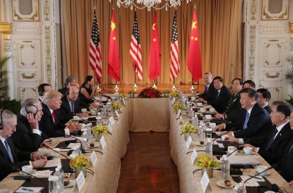 ▲美國總統川普(左排第三位)與中國國家主席習近平(右排第二位)七日在佛州海湖莊園舉行工作會議。(路透)