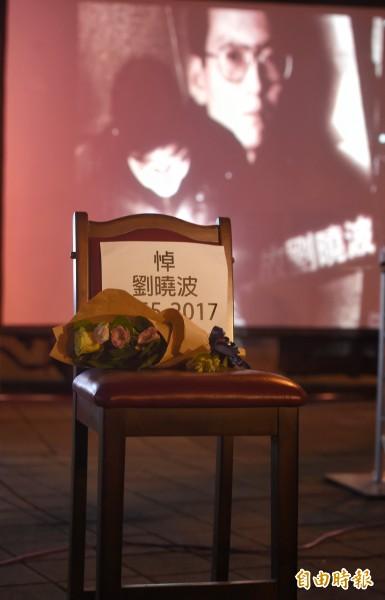 圖為華人民主書院14日晚上在自由廣場舉行「劉曉波追思會」,民眾出席追思。(記者方賓照攝)