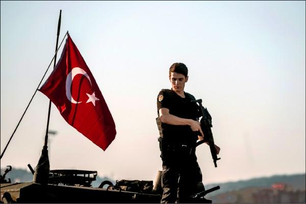 土耳其去年發生血腥的流產政變,民眾走上街頭對抗,叛軍投降。(法新社)