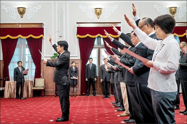 新任行政院長賴清德率內閣成員進入總統府,在總統蔡英文主持下進行宣誓。(取自總統府)