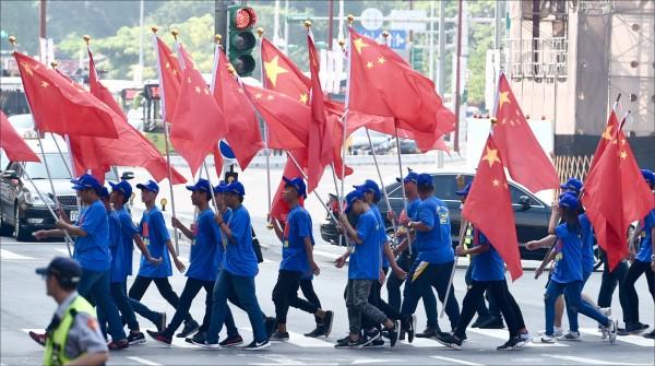 統促黨遊行隊伍手持五星旗走上街頭。(資料照)
