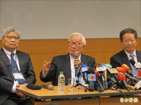 台積電董事長張忠謀(中)昨宣布明年六月裸退,將由劉德音(右)接任董事長,魏哲家(左)任總裁(記者洪友芳攝)