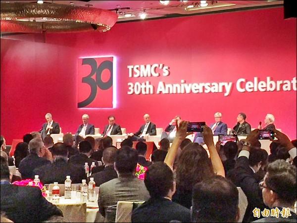 台積電30週年慶,高通執行長飛來台灣慶祝,張忠謀邀科技大咖座談,表示未來10年半導體業成長率每年還有4.5到5.5%,幾乎是全球經濟成長率的兩倍。(資料照,記者洪友芳攝)
