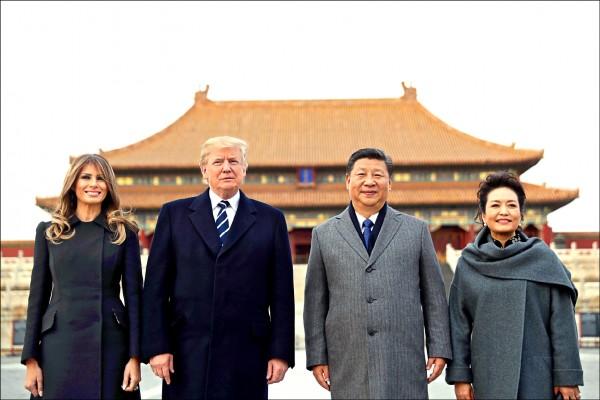 美國總統川普(左二)與夫人梅蘭尼亞(左一),中國國家主席習近平(右二)與夫人彭麗媛,八日參觀北京紫禁城時在太和殿廣場合影。(美聯社)