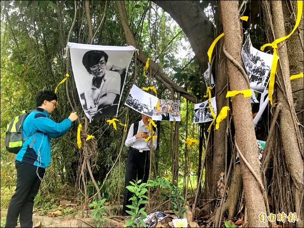 輔大學生去年自主發起鄭南榕追思活動,在鄭南榕曾就讀的文學院附近大樹下懸掛鄭的照片及黃絲帶,吸引路過同學上前拍照。(資料照,記者葉冠妤攝)