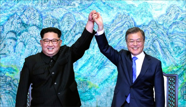 「兩岸」與「兩韓」本質不同,朝鮮半島和解,未來能走多遠,還有待觀察;當前對兩岸最大的啟示,不是共同追求中國夢,而是完全停止對彼此的敵意行為,以和平、對等的原則解決雙方的歧見,從而對區域的穩定與繁榮做出貢獻。 (美聯社)