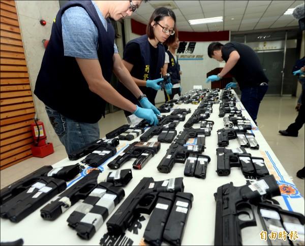 刑事局日前破獲一起大宗貨櫃走私軍火案,起出槍枝109把,各式子彈12378發。(資料照,記者林正堃攝)