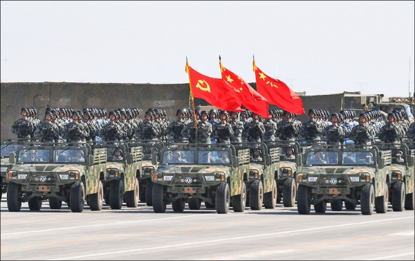 中國武力崛起,就像拎著一根榔頭的武夫,到處找釘子敲,硬敲猛打,胡搞瞎搞。(法新社檔案照)