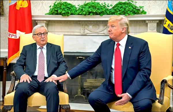 美國總統川普(右)與歐盟執委會主席容克(左)在白宮會談後宣布,雙方達成協議,美歐結盟抗中。(路透檔案照)