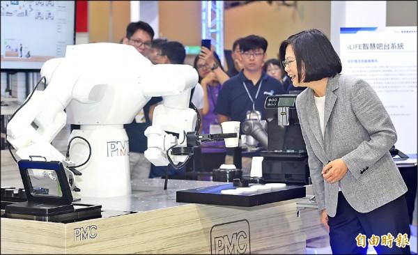 總統蔡英文(右)日前出席「2018台灣機器人與智慧自動化展覽開幕典禮」,並參觀iLIFE智慧吧台系統。(資料照,記者廖振輝攝)