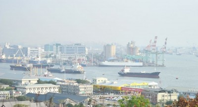 Kaohsiung harbor is shrouded in haze on Nov. 9. Photo: Huang Chih-yuan, Taipei Times