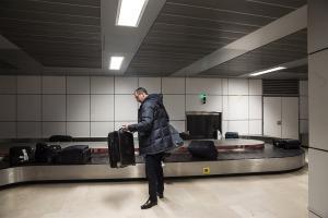 搭機自動幫你 check-in?可自動追蹤的智慧行李箱