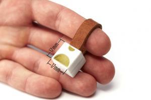 行動電源太佔位? 兩顆AA電池就能幫手機充電!
