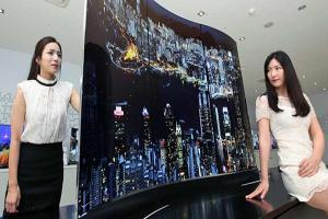 再也不用搶電視! LG 在 IFA 推出雙曲面雙面顯示器!