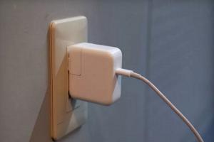 iPhone 用戶小心!充電器會漏電  影響裝置恐逾百萬台!