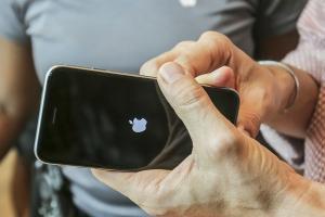 Apple 的陰謀?iPhone 壞了不給官方修  竟然會死當!