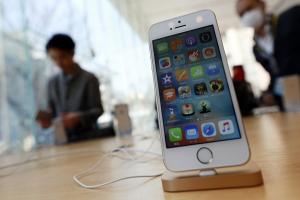 iPhone SE 首賣就出包?一開機就發現螢幕「太黃」!