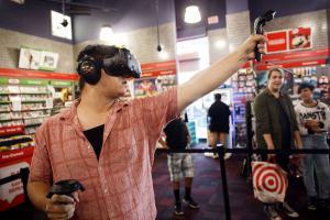 玩 VR 眼鏡不絆線!超迷你主機讓人背著走!