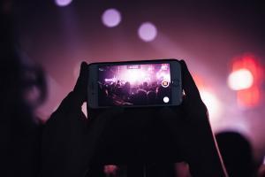Apple 管很寬?新技術將限制 iPhone 在演唱會中錄影!