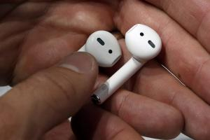 買了 AirPods 不會用?來看 Apple 設計的 8 大功能!