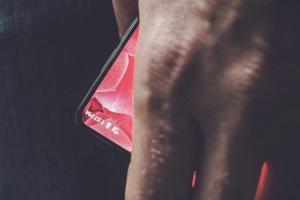 Android 之父的首款手機,採無邊框設計直指 iPhone?