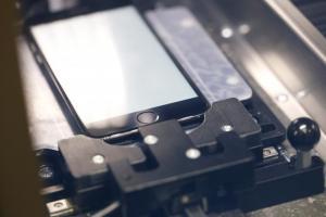 果粉摔壞螢幕不必苦苦等! 蘋果 iPhone 螢幕維修機曝光